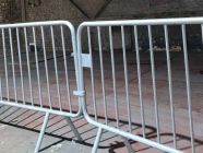 Les barrières de sécurité louées chez Locamat s'accrochent l'une à l'autre