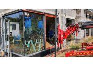 Bousval, placement des vitres par une grue Glasslift